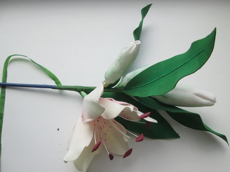 Веточка лилии из фоамирана с бутоном и цветком, пошаговое фото