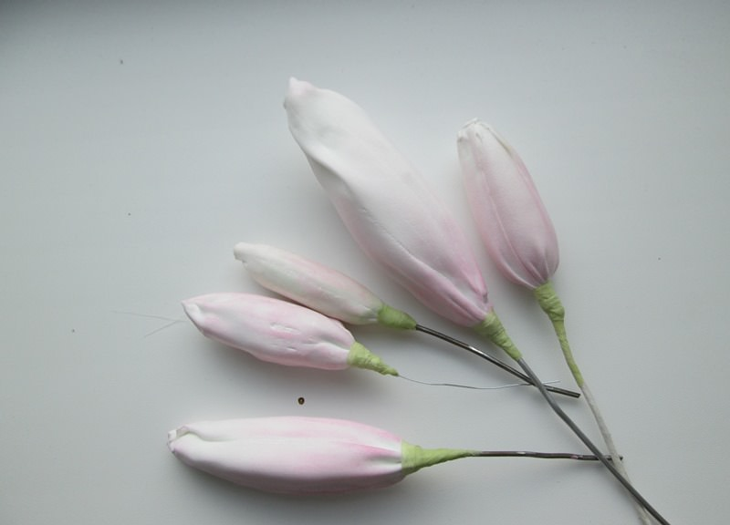 Несколько бутонов лилии из фоамирана на ветке