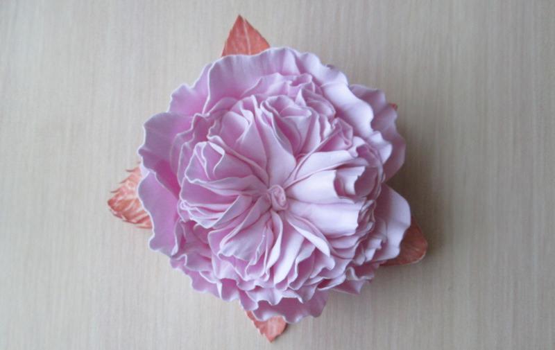 Пионовидная роза, выполненная в розовой цветовой гамме.