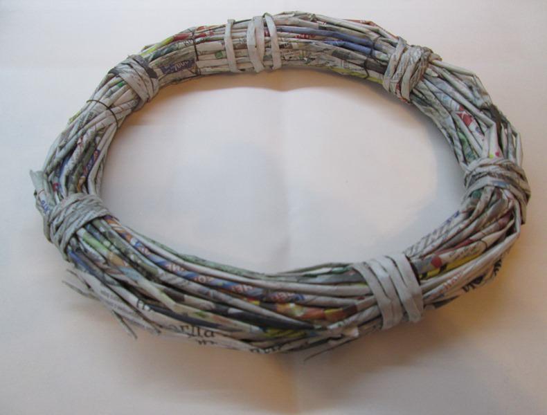 формирования основы для венка из газетных трубочек.