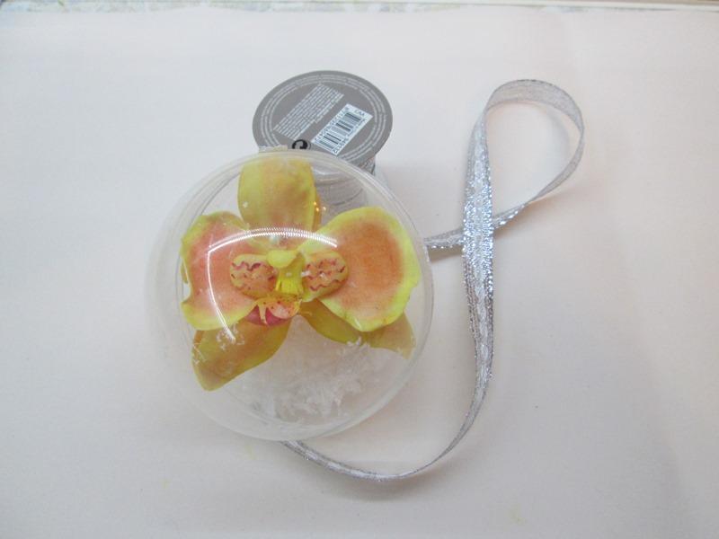 Сборка елочного игрушки с желтой орхидеей, пошаговое фото