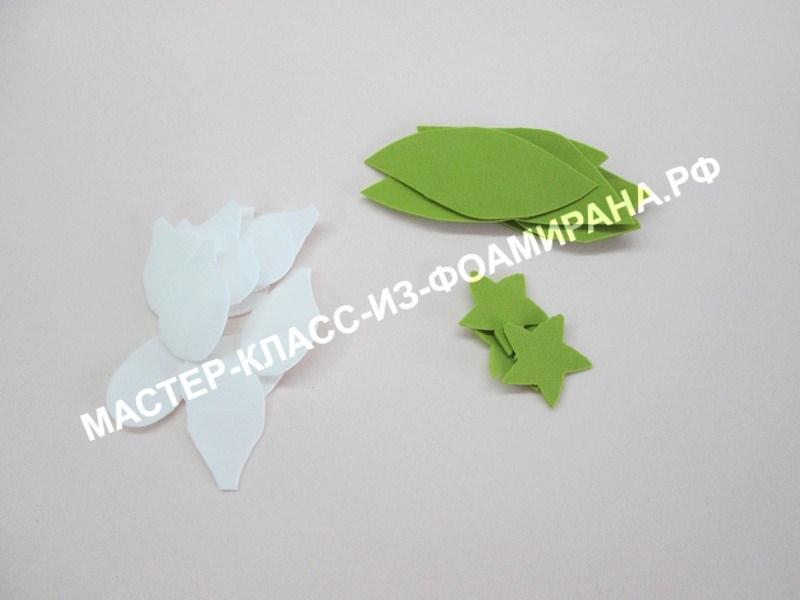 вырезаем лепестки и листья