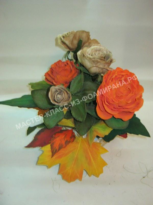 сборка цветочной композиции с осенними листьями