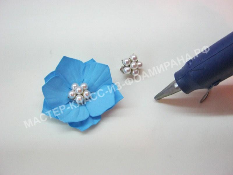украшение цветка брошкой