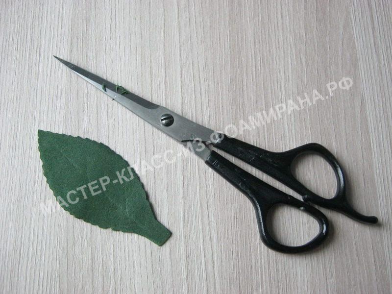 вырезаем зубчики на листочке