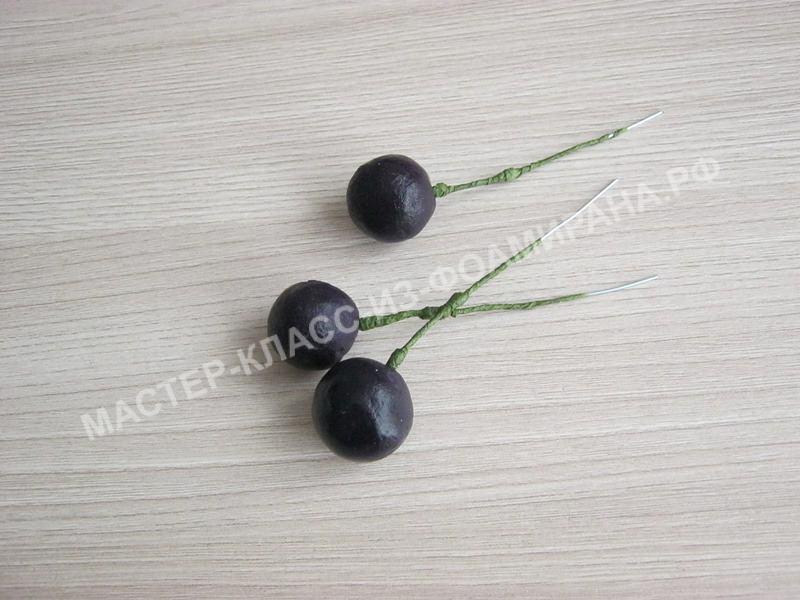 приклеиваем готовые ягодки винограда на проволоку