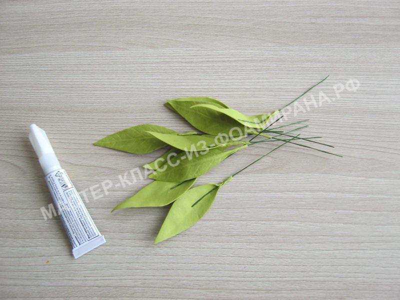 листочки приклеиваем на литоны