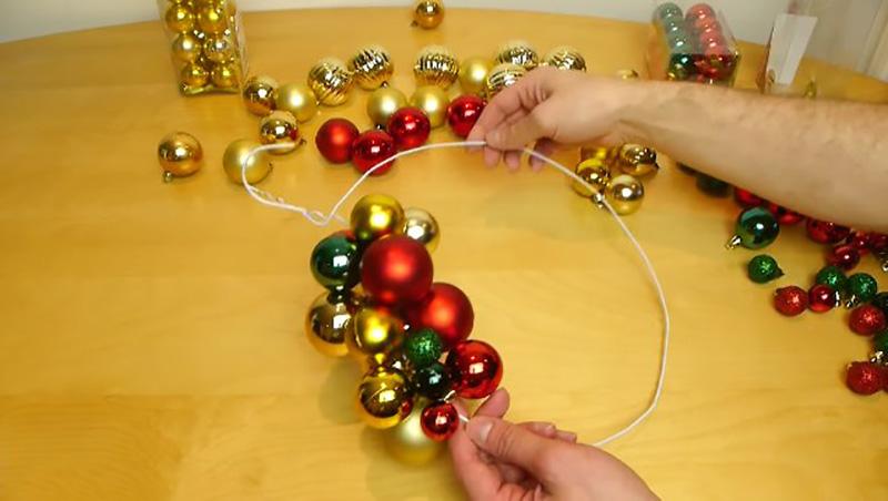 Как сделать из ненужной вешалки красивое рождественское украшение
