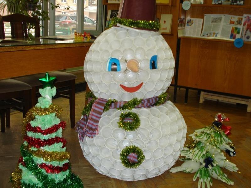 Мастерим вместе с детьми: как сделать снеговика с подсветкой из пластиковых стаканчиков