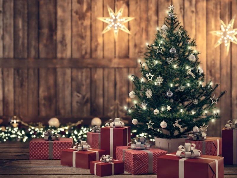 Елка и подарки под ней