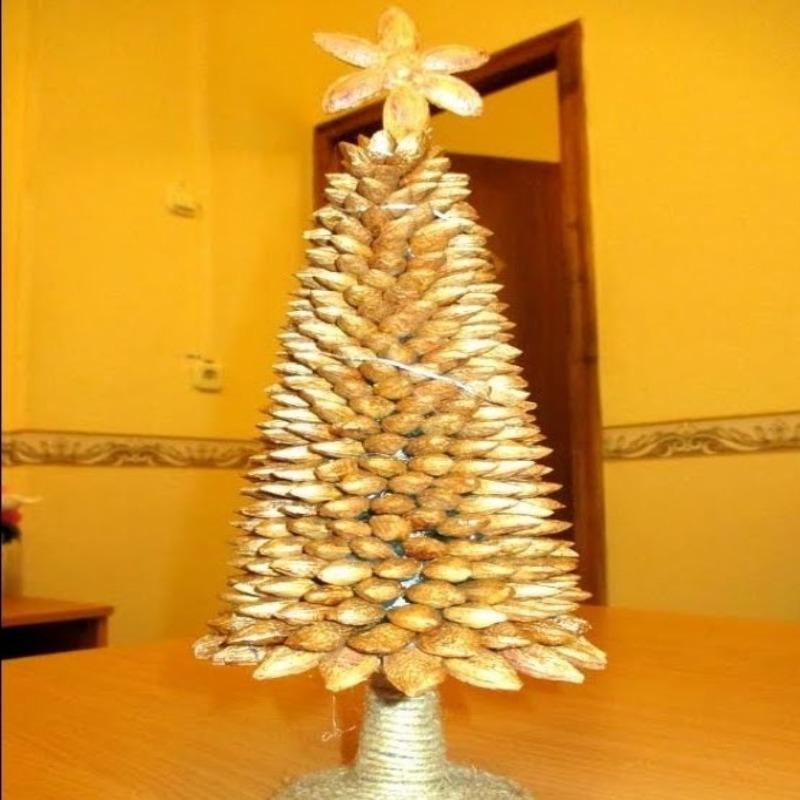 Новогодняя елочка из косточек фруктов и орешков: нереальная красота своими руками