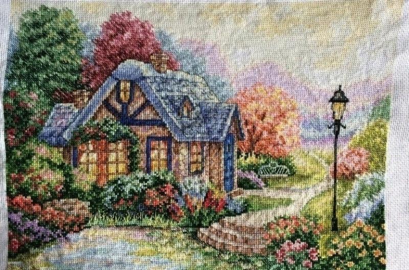 Домик, утопающий в цветах и деревьях