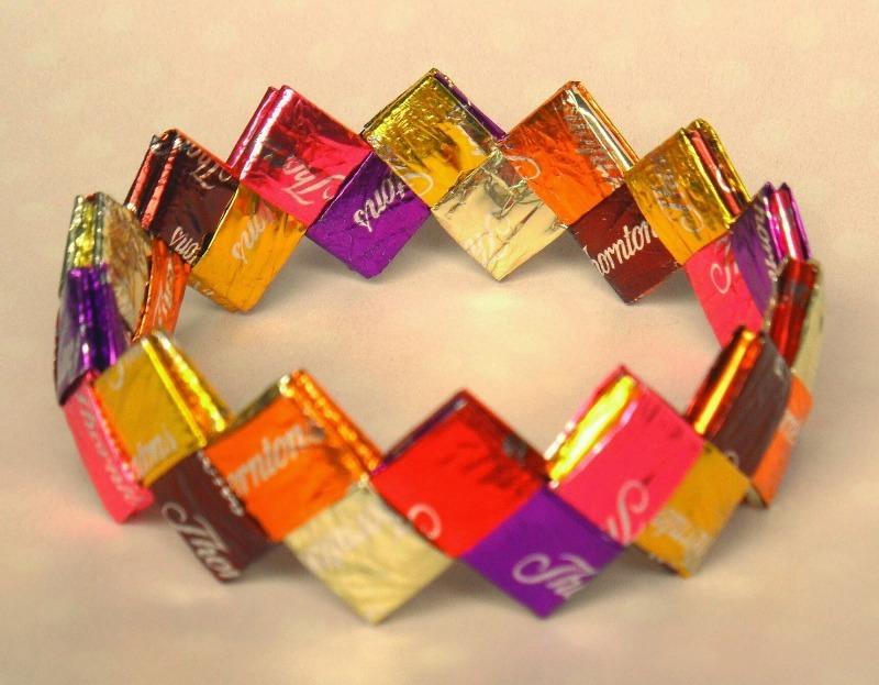 Совсем не мусор: 9 невероятных поделок, которые можно сделать из фантиков от конфет