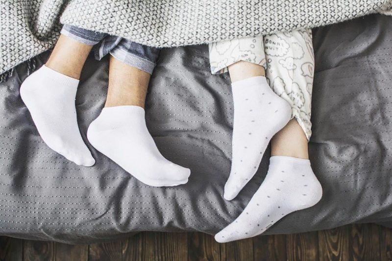 К разлуке и скандалам: почему приметы запрещают спать в носках