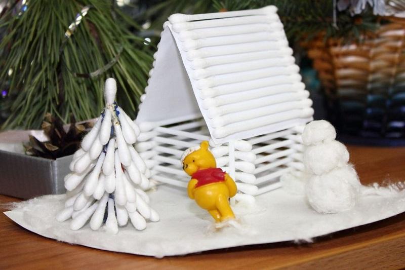 Дом в снегу и елочка