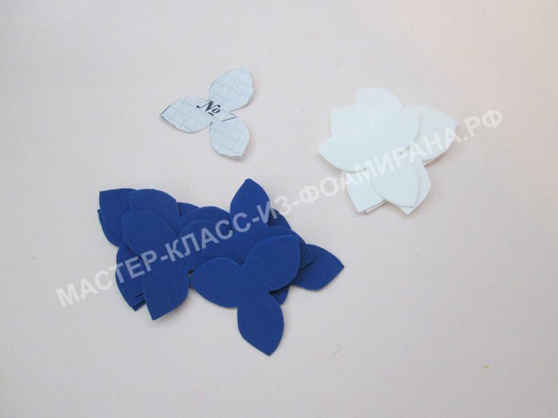 вырезаем лепестки цветочков