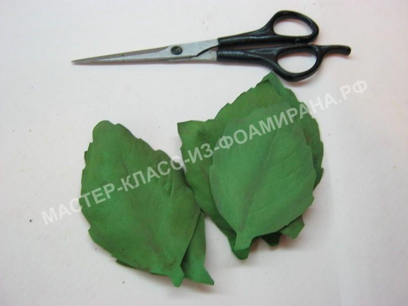 вырезаем зубчики на листьях
