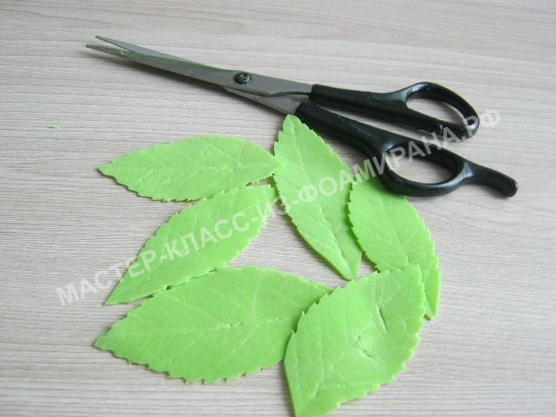 вырезаем зубчики на листочках